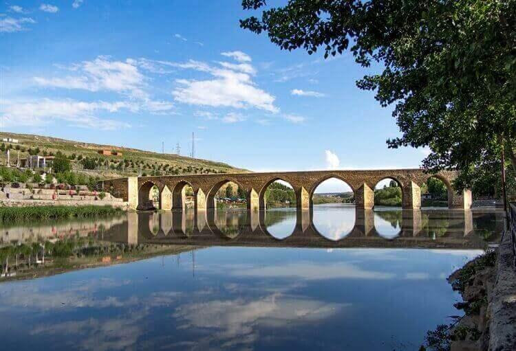brug over meer diyarbakir turkije