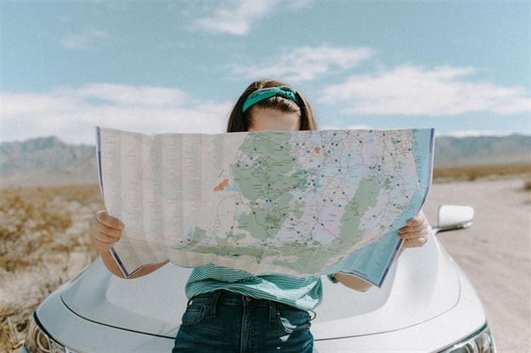 vrouw bekijkt wereldkaart