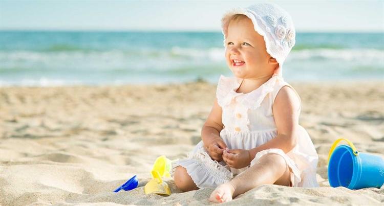 lachende baby strand turkije antalya